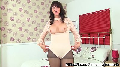 Scottish milf Toni Lace lets you enjoy..
