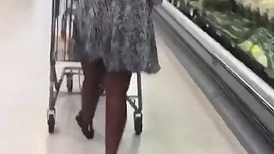 Sexy African Milf In Dress Jiggling..