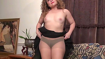 American milf Vanessa Jones plays with..